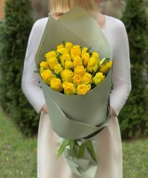 Букет 25 желтых роз в упаковке - заказ и доставка цветов Киев