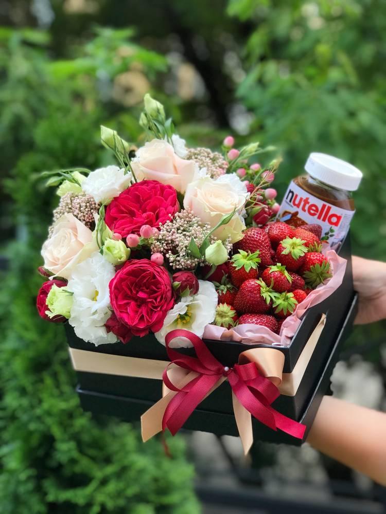 Композиция с цветами и клубникой