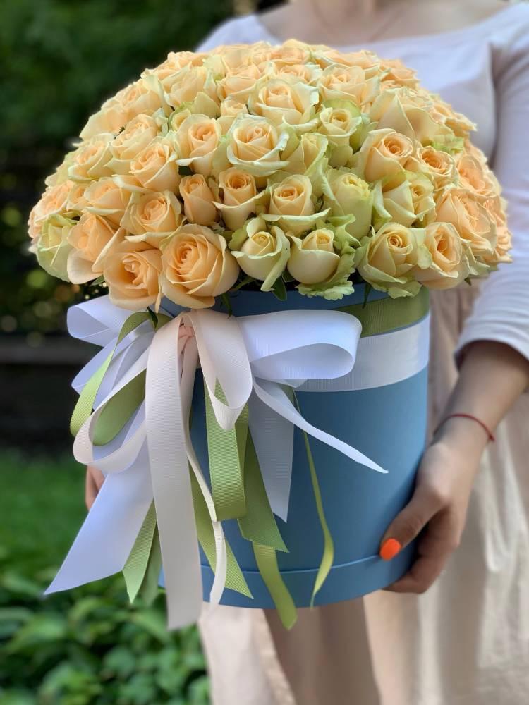 101 персиковая роза в шляпной коробке