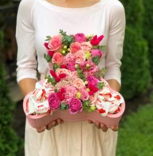 Цветы в фигурной коробке со сладстями