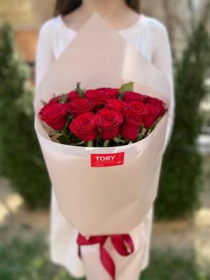 Букет 25 красных роз в упаковке - заказ и доставка цветов Киев