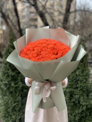 Букет 101 коралловая роза в упаковке - заказ и доставка цветов Киев