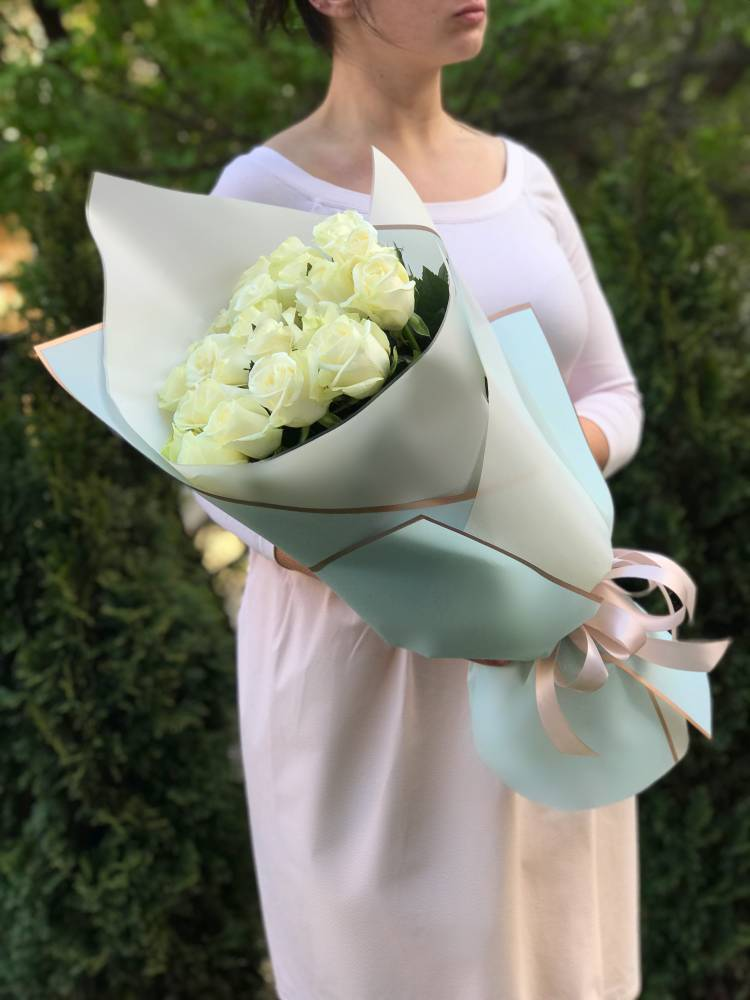 Букет 25 белых роз Арктика в упаковке