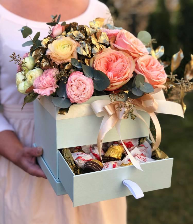 """Цветы в коробке со сладостями """"Злата"""""""
