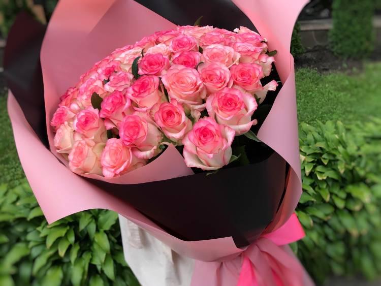 Букет 51 роза Джумилия в упаковке
