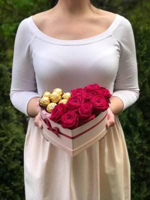 Розы в коробке со сладостями