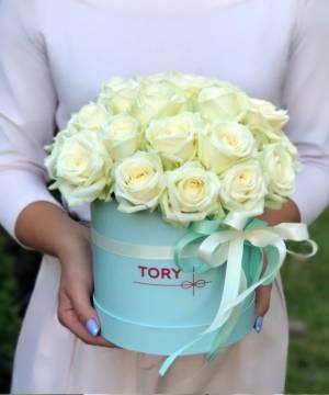 21 белая роза в шляпной коробке - заказ и доставка цветов Киев
