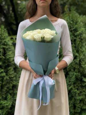 Букет 21 белая роза в упаковке - заказ и доставка цветов Киев
