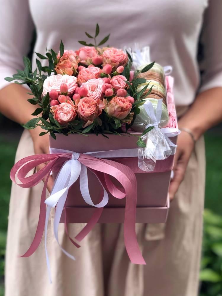 Цветы в коробке со сладостями