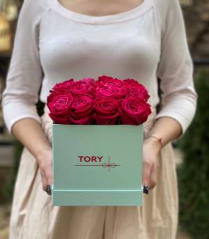 17 малиновых роз в квадратной коробке - заказ и доставка цветов Киев