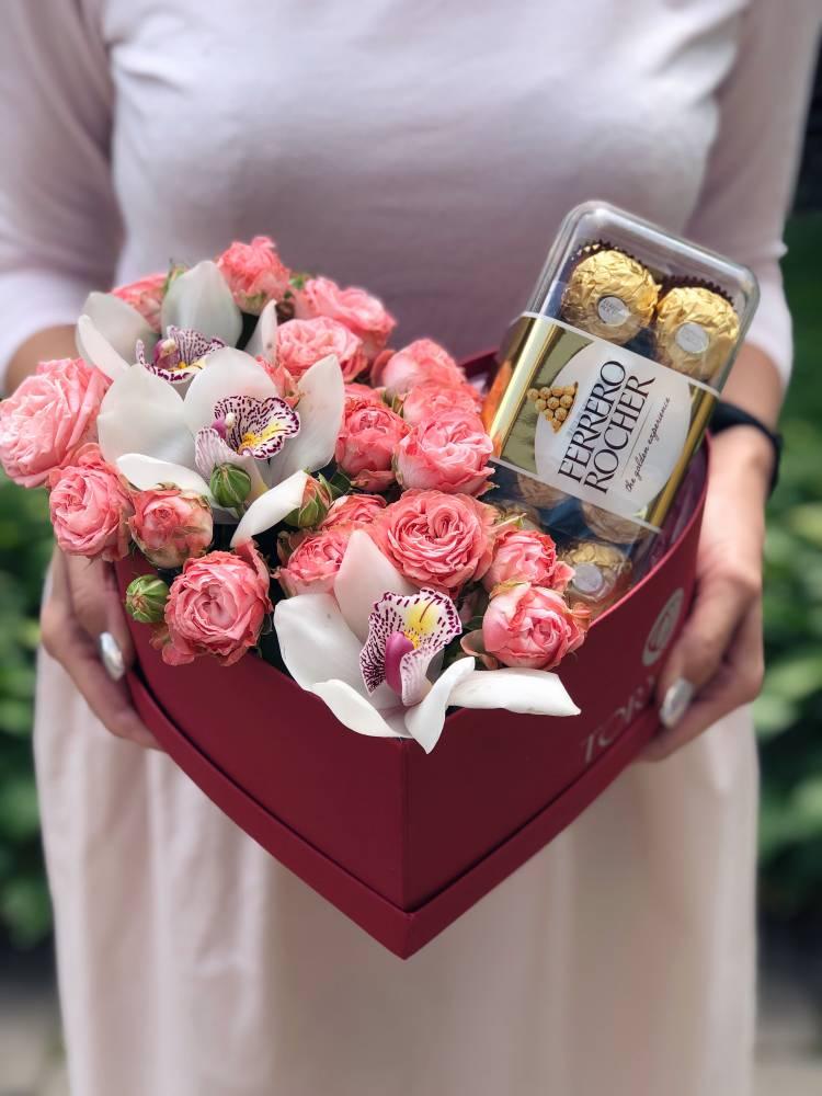 """Цветы в коробке со сладостями  """"Для любимой"""""""