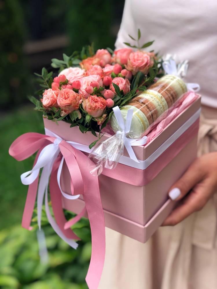 """Цветы в коробке со сладостями """"Сладкое утро"""""""